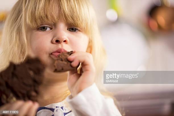 Kleines Mädchen isst Chocolate Chip Cookie