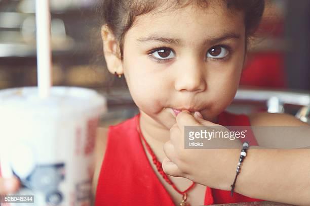 Fillette manger des frites