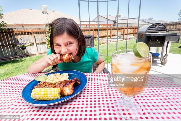 Menina comer Frango Frito