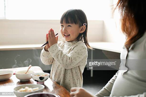little girl eating meal,smiling - kindertijd stockfoto's en -beelden