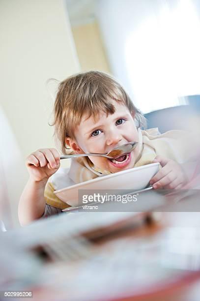 Petite fille manger