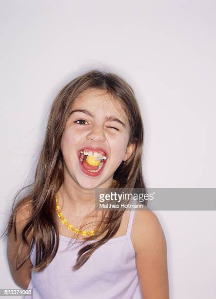 little girl eating sweets - girls open mouth stockfoto's en -beelden