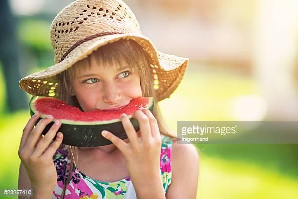 niña comiendo sandía al aire libre - 8 9 años fotografías e imágenes de stock