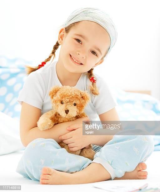 Kleines Mädchen umarmen Teddybär