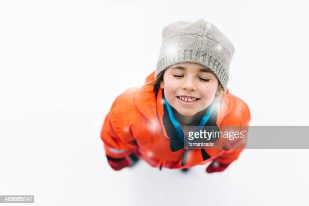 小さな女の子は雪をお楽しみいただけます。