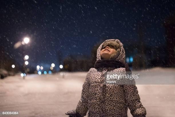 niña, disfrutando de la nieve