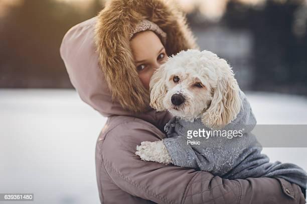 little girl enjoying winter with her dog - chaqueta fotografías e imágenes de stock