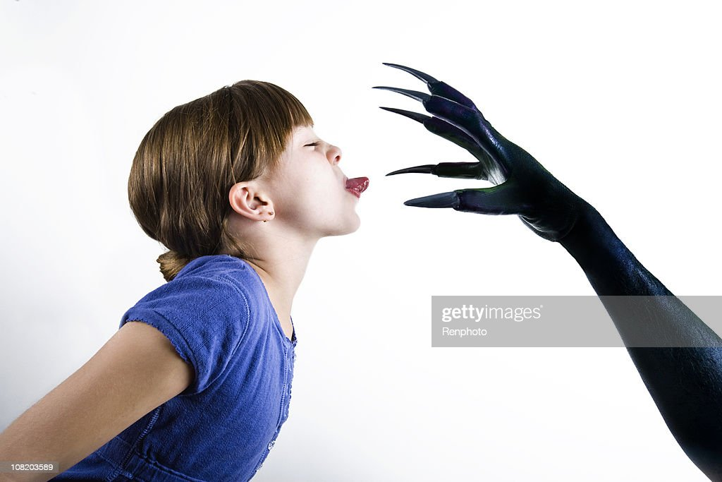 小さな女の子は彼女の恐れにの怪獣 : ストックフォト