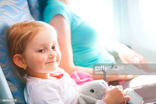 Kleines Mädchen fliegen von Flugzeug mit ihrer Mutter