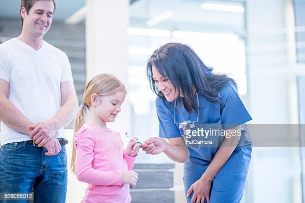 Kleines Mädchen neuer Zahnbürste