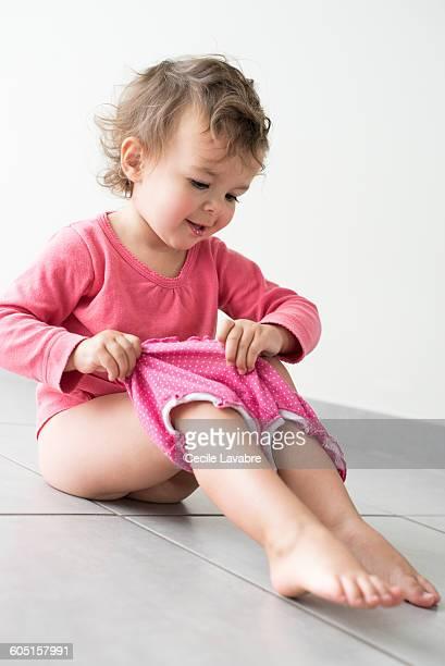 little girl getting dressed - petite fille culotte photos et images de collection