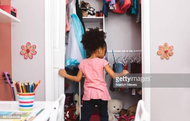 kleine meisje klaar voor school - kast stockfoto's en -beelden