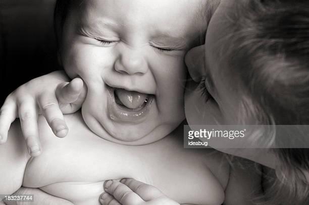 Kleines Mädchen gibt Ihr Baby-Schwester eine unerwünschte Kiss