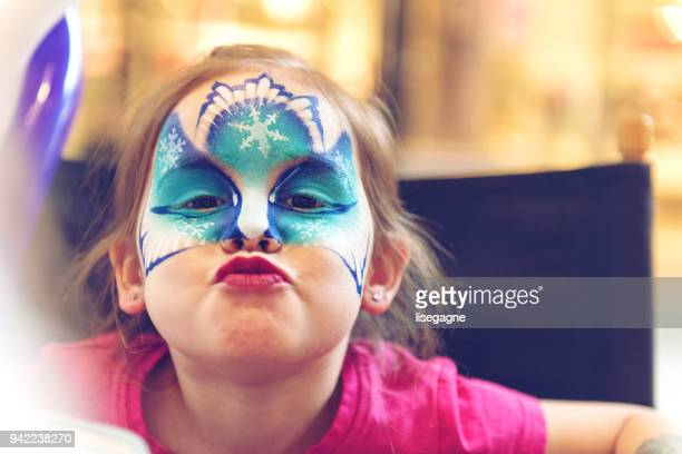 little girl having a face paint - carnaval imagens e fotografias de stock