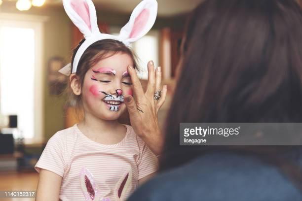 menina que tem uma face da pintura do coelho - easter - fotografias e filmes do acervo