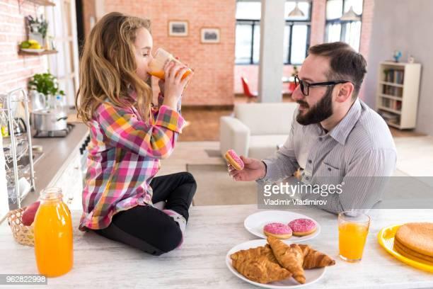 Klein meisje thuis ontbijten
