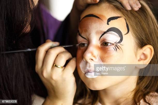 Meisje met gezicht geschilderd op verjaardagsfeestje