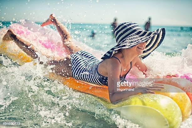 Kleine Mädchen haben Spaß auf der inflateable Rafting