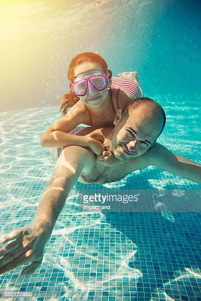 garotinha se divertindo passeio debaixo d'água - família de um filho - fotografias e filmes do acervo