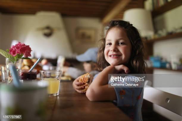 a little girl having her breakfast - シンプルな暮らし ストックフォトと画像