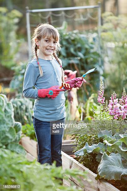 Kleines Mädchen bei der Arbeit in der community garden