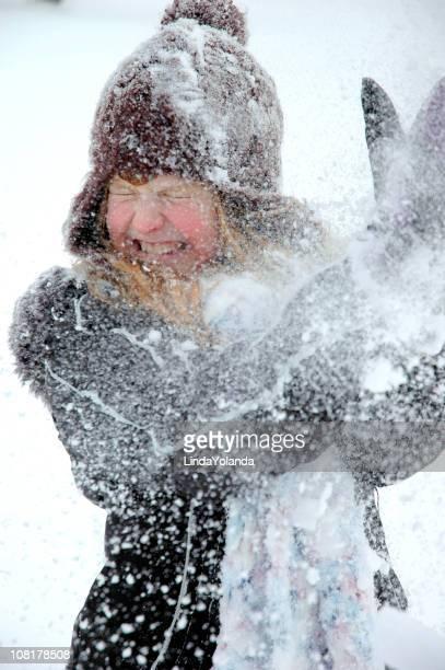 Kleine Mädchen spielen mit Schneeball-Intervalle