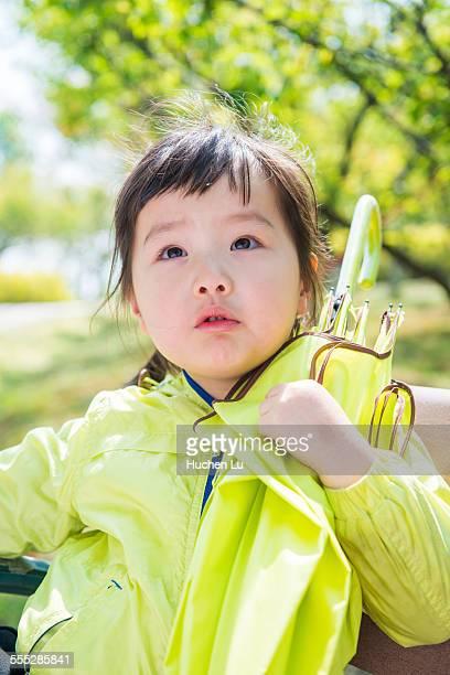 a little girl hold an umbrella outside - china oriental - fotografias e filmes do acervo