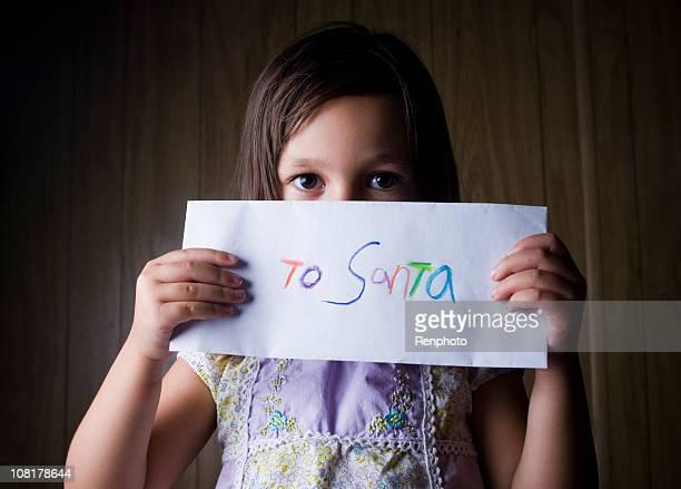 Petite fille tenant lettre à Santa