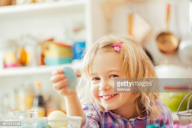 Fillette tenant la teinte aux œufs de Pâques