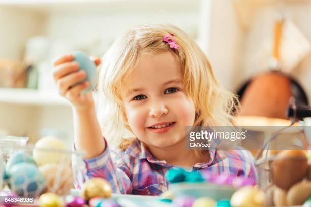 Kleines Mädchen Halten natürlichen gefärbt Ostern Eier