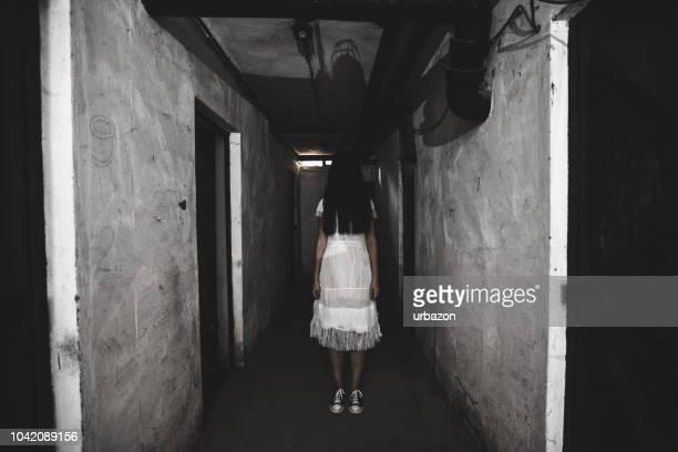 pequeña película de horror de chica - aparición acontecimiento fotografías e imágenes de stock