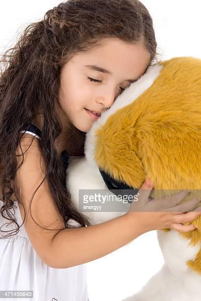 Bambina abbracciare Cane di giocattolo