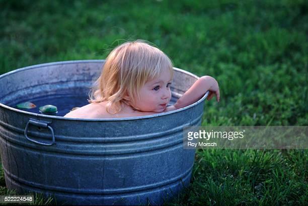 little girl in a wash basin - menina infancia pelada banheira imagens e fotografias de stock