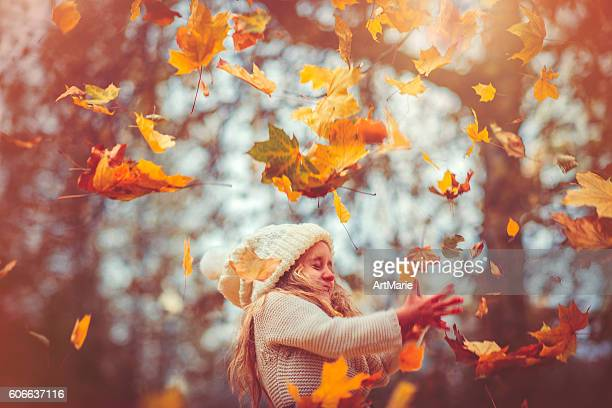 Kleines Mädchen im Herbst-park