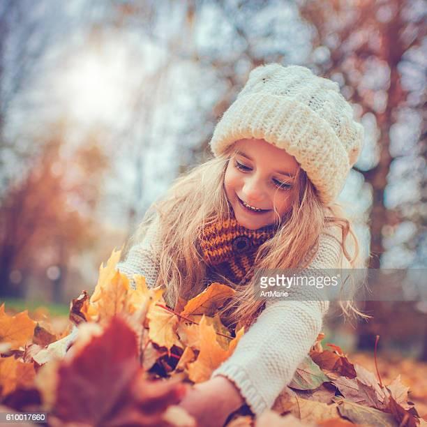 Petite fille dans le parc en automne