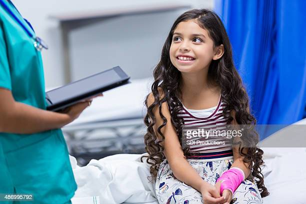 Petite fille dans une salle d'urgence ou l'hôpital pour enfants