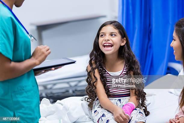 Kleines Mädchen im Krankenhaus mit einem gebrochenen arm emergency room