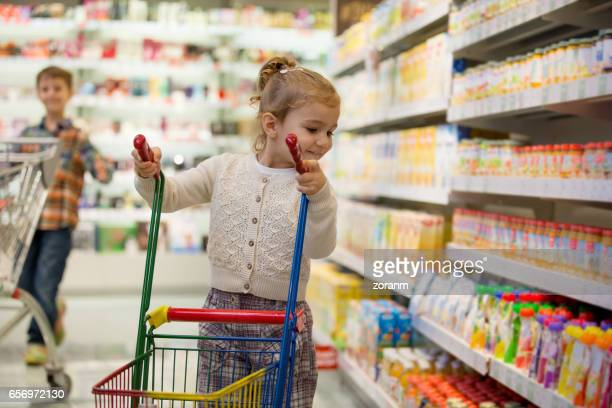 Klein meisje in supermarkt