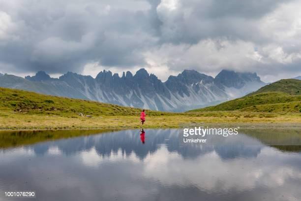 kleines Mädchen in den Alpen am Salfains See