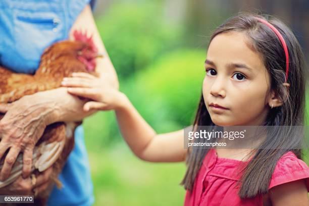 Petite fille contribue à sa grand-mère dans leur ferme