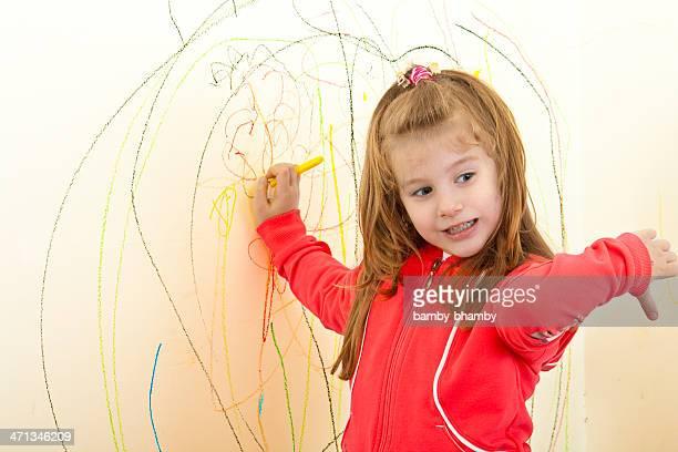Kleine Mädchen ist Malerei an der Wand