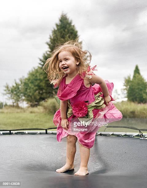 Kleines Mädchen auf einem Trampolin springen