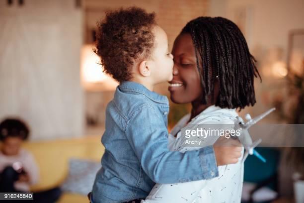 額で彼女のお母さんをキスの女の子 - interracial cartoon ストックフォトと画像