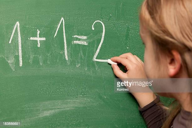 Kleines Mädchen lernen im Mathematik