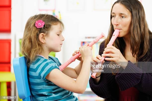 小さな女の子のプレイ方法を習得レコーダー