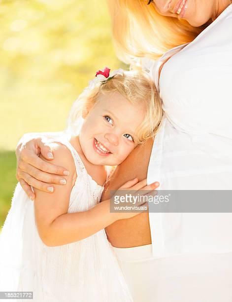 Petite fille écoutant du ventre de sa mère
