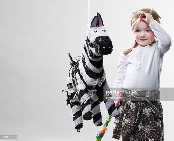 Kleines Mädchen Blick in die Piñata