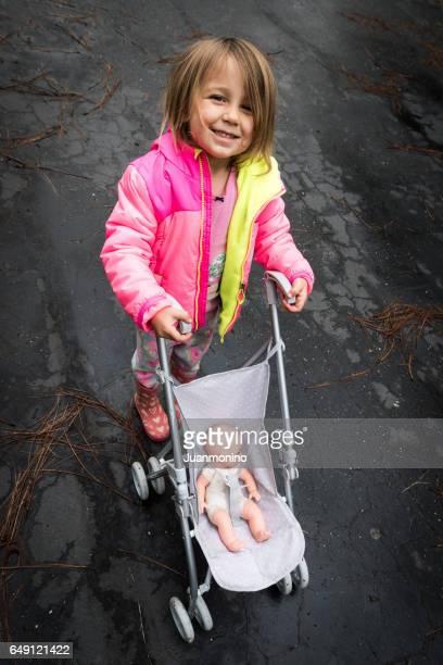 Kleines Mädchen Blick in die Kamera