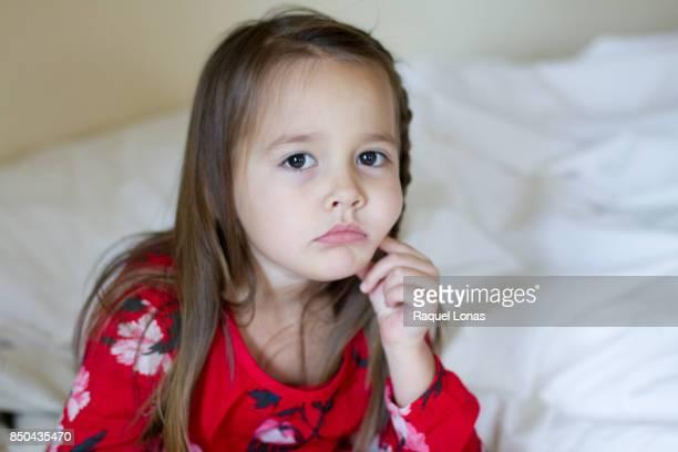 little girl looking sad or sick - 4 5 ans photos et images de collection