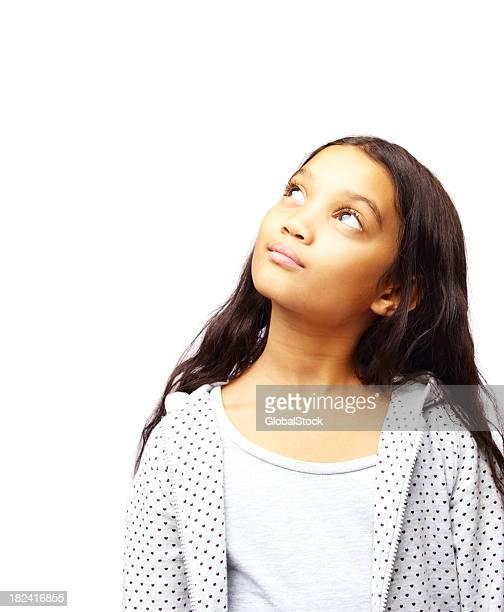 Little girl looking up en blanco en blanco